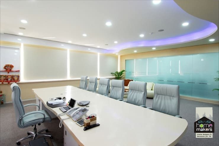 Conference Room:  Media room by home makers interior designers & decorators pvt. ltd.