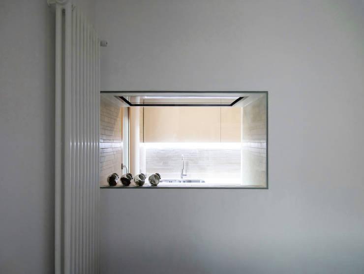 vista della zona cottura  dal soggiorno:  in stile  di Giancarlo Covino