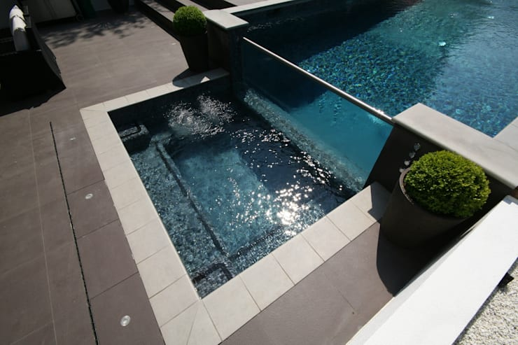 Glass wall pool & spa:  Garden  by Tanby Swimming Pools