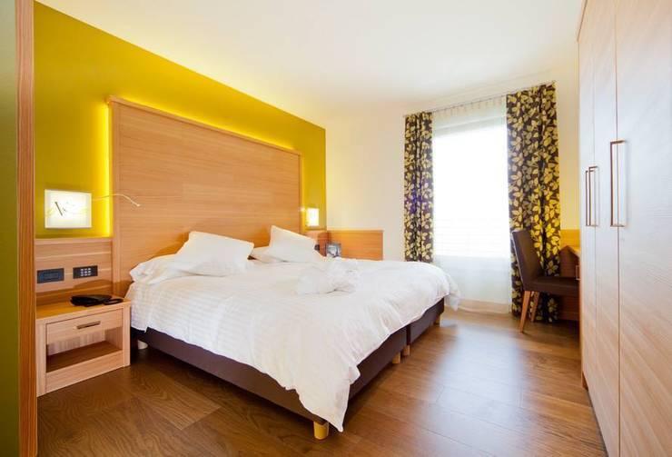 """ECO HOTEL """"VIRIDIS"""" : Hotel in stile  di ASCANIO ZOCCHI, Moderno"""