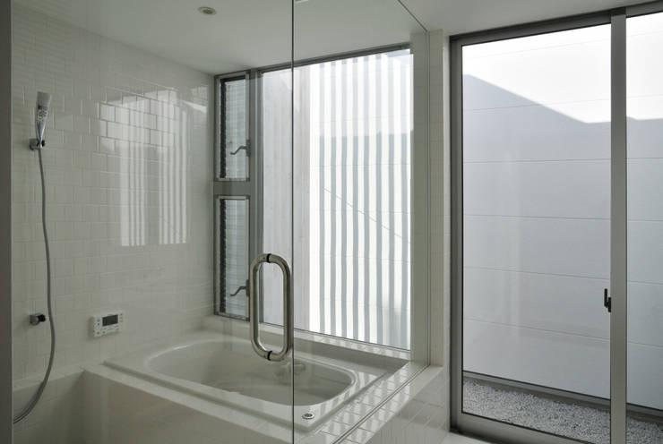 Baños de estilo moderno por 島田博一建築設計室
