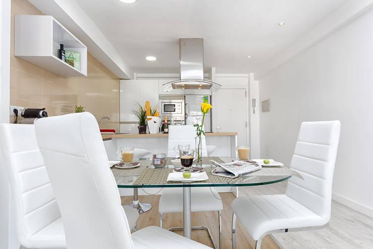 Mesa de comedor y cocina: Salones de estilo  de Espacios y Luz Fotografía