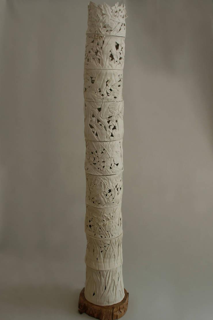 Lampe porcelaine: Maison de style  par Pauline Georgeault