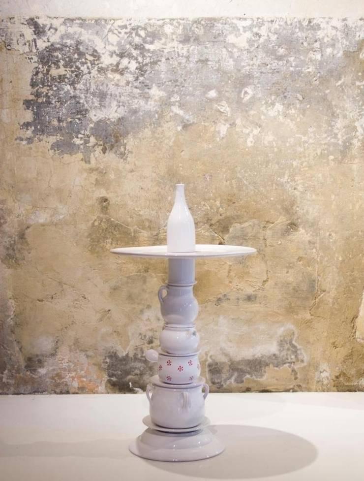 Ceramico Coffee table and lamps: Soggiorno in stile  di Arianna Vivenzio
