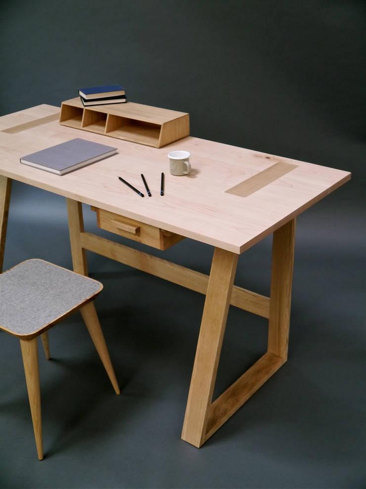 Frame Desk:  Study/office by Barnby & Day