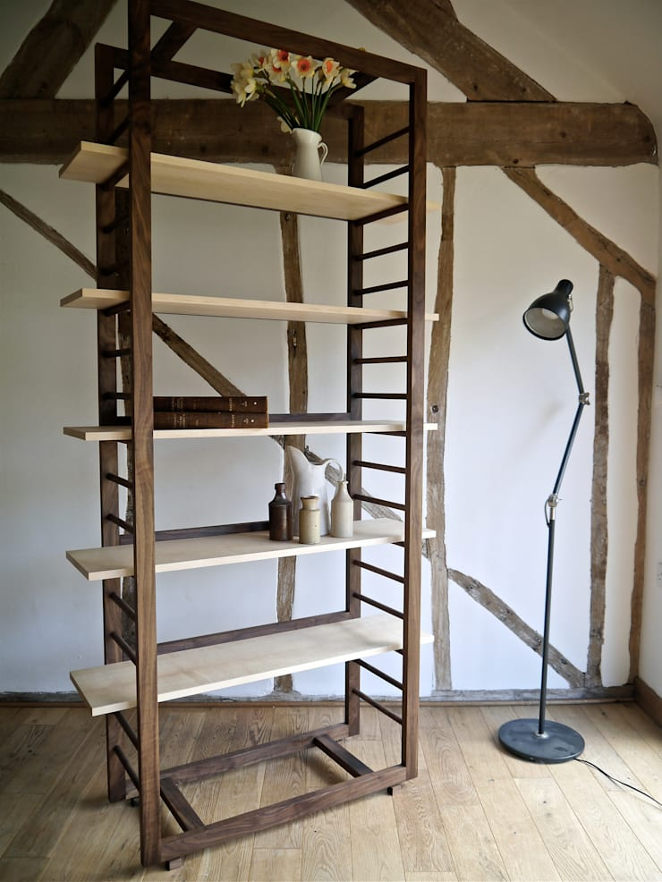 Ladder Shelving:  Living room by Barnby & Day