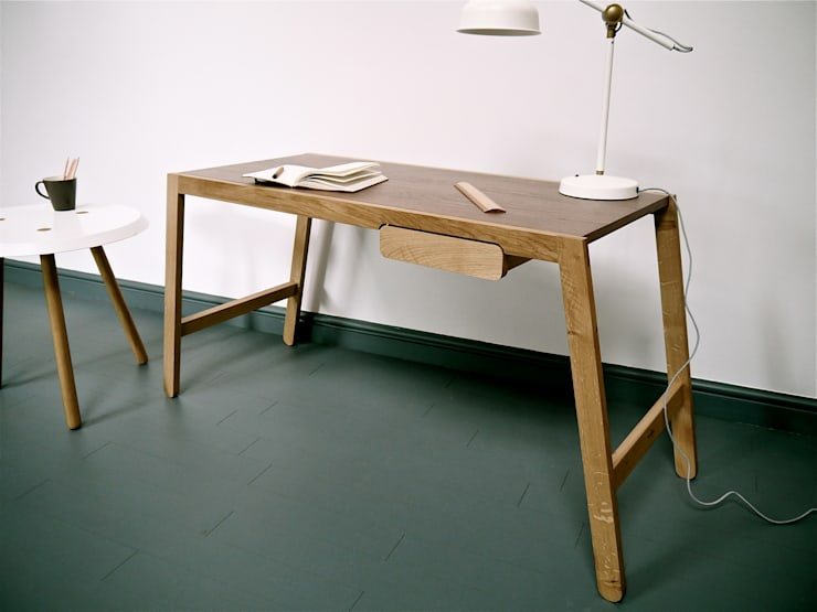Wobble Desk:  Study/office by Barnby & Day