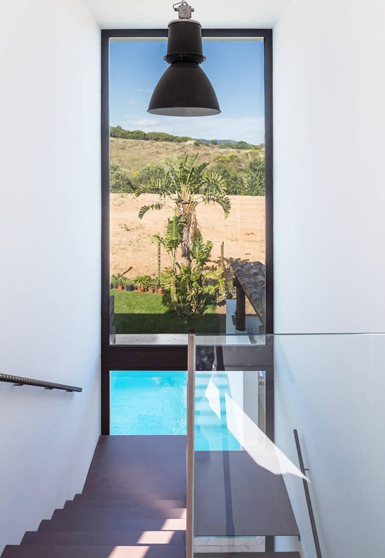 Escalera Paisaje - Casa A Pasillos, vestíbulos y escaleras de estilo mediterráneo de 08023 Architects Mediterráneo