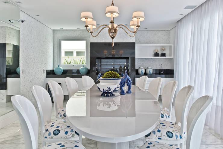 Casa em Jurerê Internacional - SC - Brasil: Salas de jantar clássicas por Samara Barbosa Arquitetura