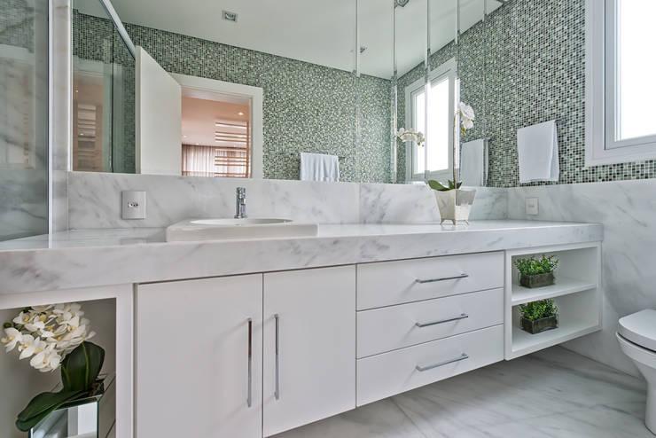 Casa em Jurerê Internacional - SC - Brasil: Banheiros  por Samara Barbosa Arquitetura