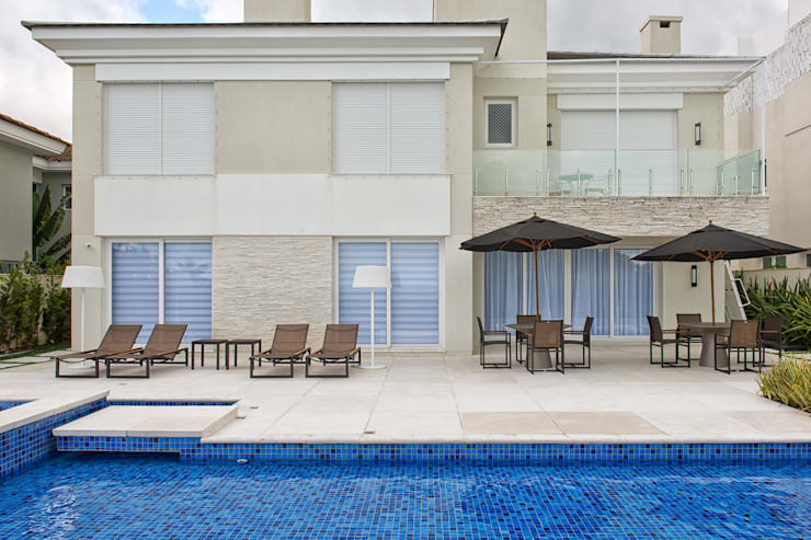 Casa em Jurerê Internacional - SC - Brasil: Piscinas clássicas por Samara Barbosa Arquitetura