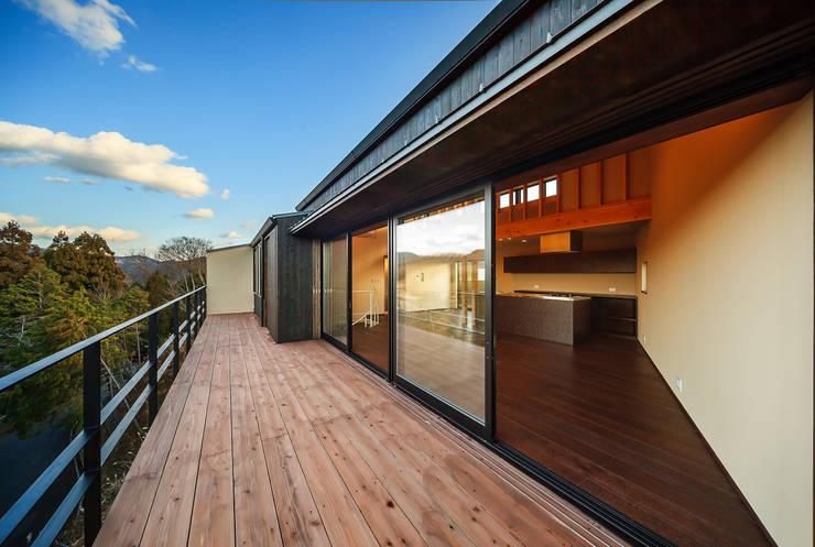Terrazza in stile  di 傳寶慶子建築研究所