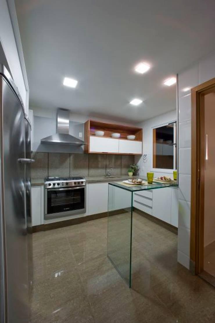 Casa em condomínio: Cozinhas  por Cristiano Carvalho Arquitetura e Design,