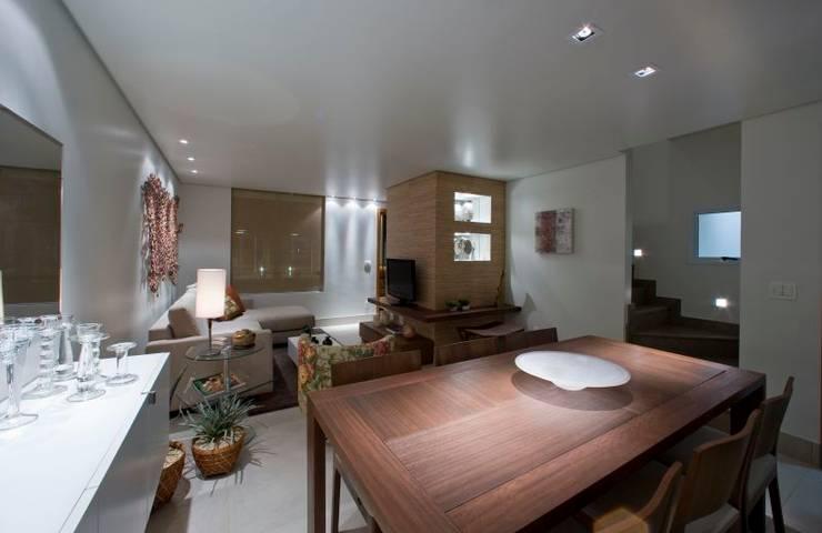 Casa em condomínio: Salas de estar  por Cristiano Carvalho Arquitetura e Design,