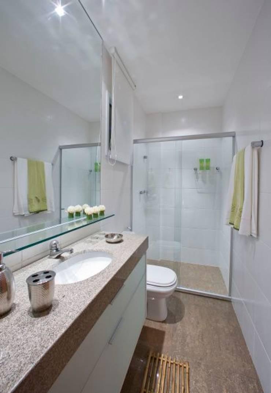 Casa em condomínio: Banheiros  por Cristiano Carvalho Arquitetura e Design,