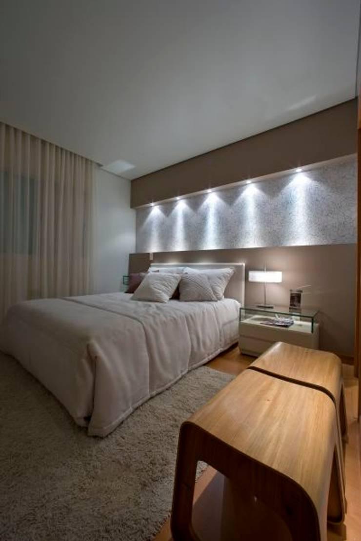 Casa em condomínio: Quartos  por Cristiano Carvalho Arquitetura e Design,