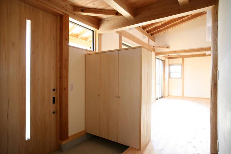 玄関: 八島建築設計室が手掛けた和室です。