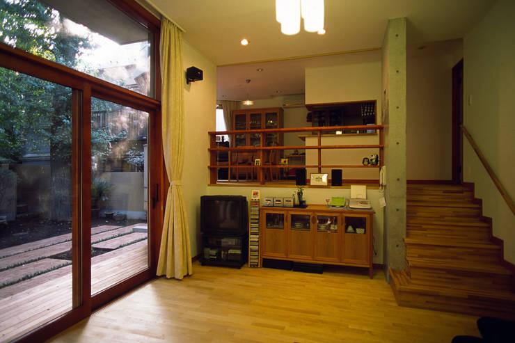 居間: 八島建築設計室が手掛けたリビングです。,オリジナル