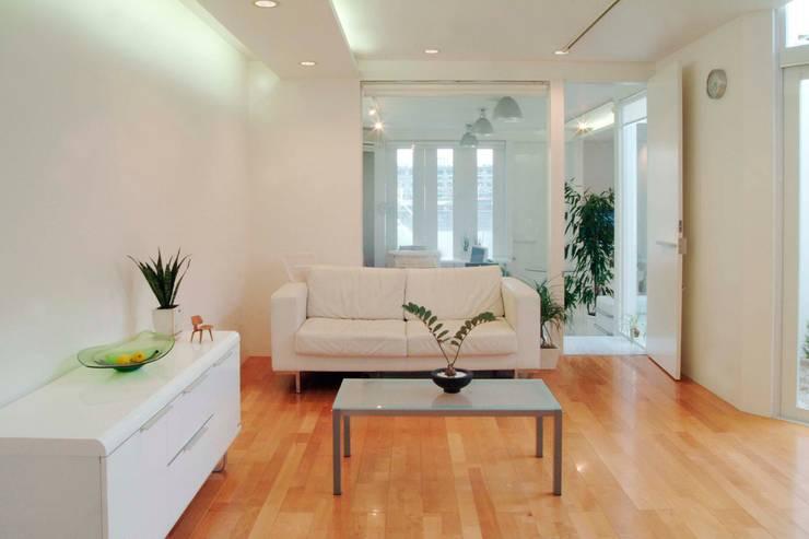 広島 M邸: ヴィジュアルスペールデザインが手掛けたリビングです。