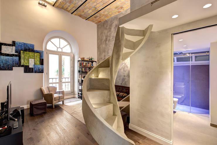 MACHIAVELLI: Soggiorno in stile  di MOB ARCHITECTS