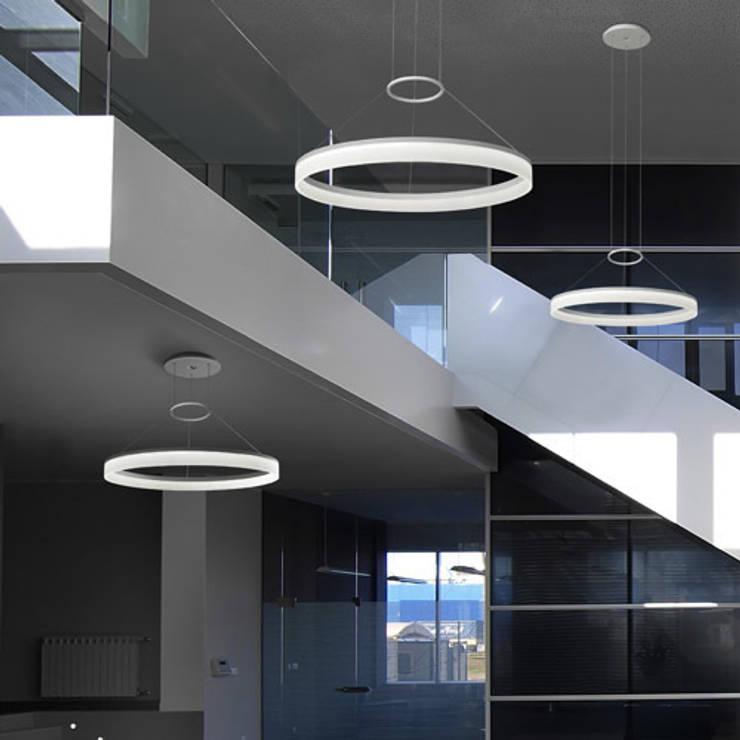 Colgante CI LED 80cm Blanco Mate: Vestíbulos, pasillos y escaleras de estilo  de Bazar Isa