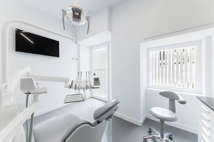 Clinica dental Dr. Pablo Sieiro: Clínicas de estilo  de Nan Arquitectos