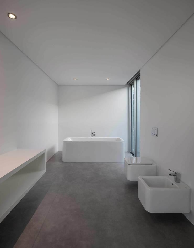 Casa BE: Banheiros  por spaceworkers®,
