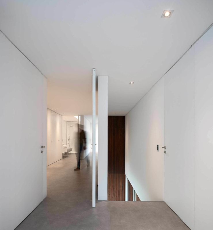 Casa BE: Corredores e halls de entrada  por spaceworkers®,