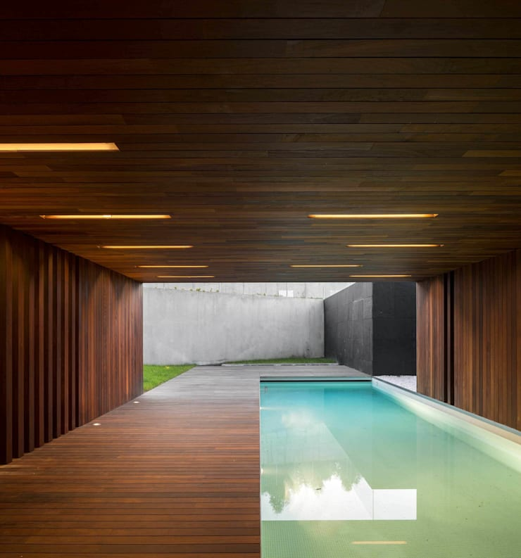 Casa BE: Piscinas  por spaceworkers®