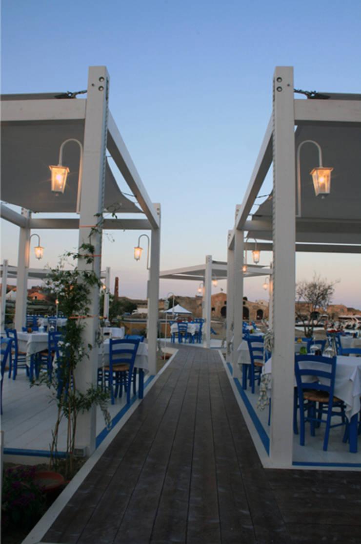 Campisi ristorante a Marzamemi (SR): Spazi commerciali in stile  di G'n'B studio,