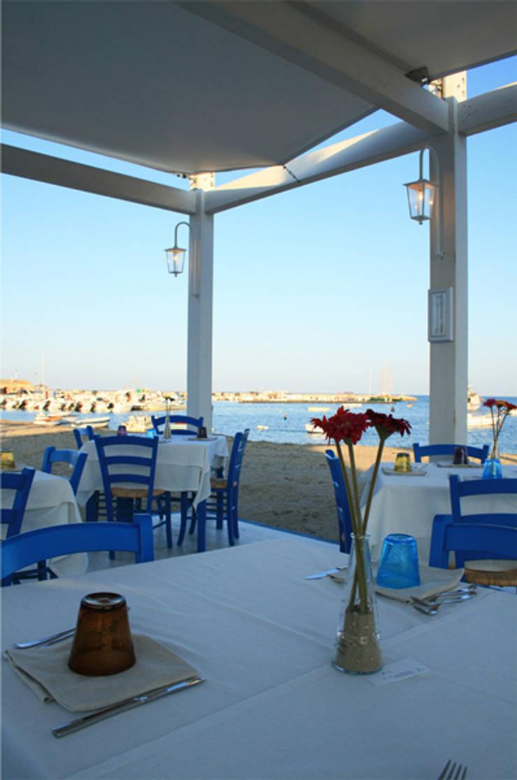 Campisi ristorante a Marzamemi (SR): Balcone, Veranda & Terrazzo in stile  di G'n'B studio,