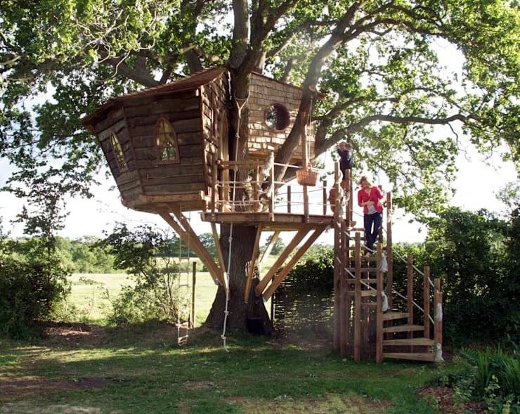 Imaginative Tree House Charm: rustic Garden by Squirrel Design Tree Houses Limited