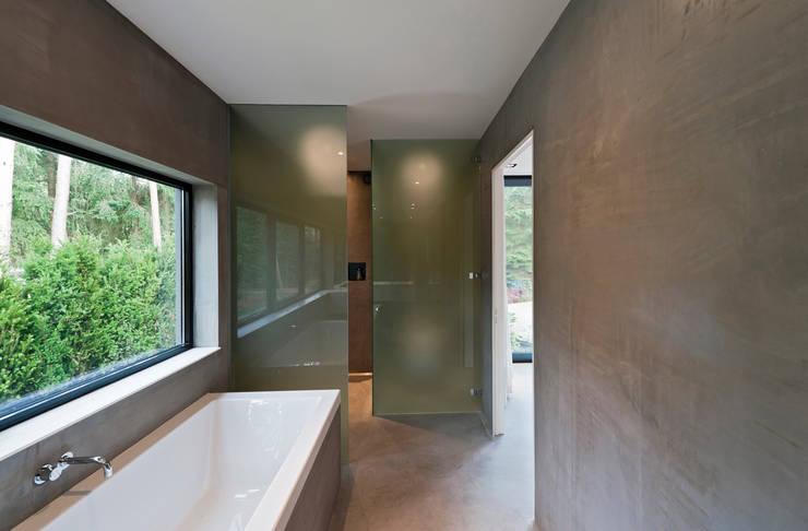 Villa Veth: moderne Badkamer door 123DV Moderne Villa's