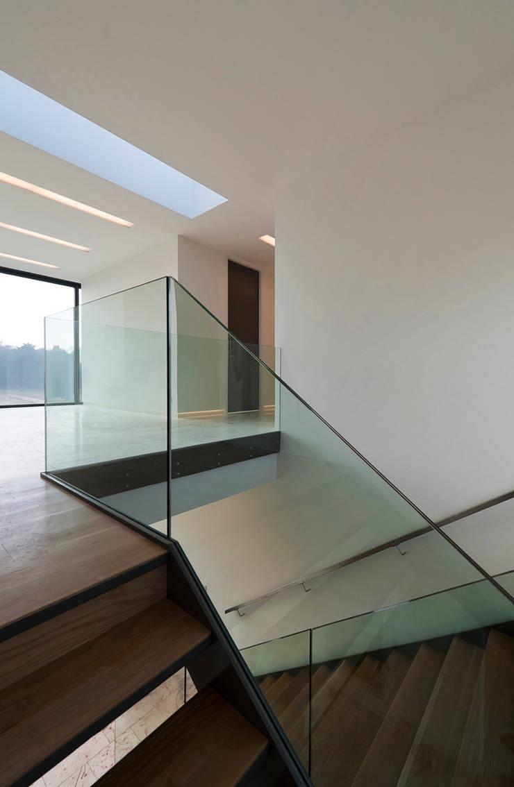 Bridge House:  Gang en hal door 123DV Moderne Villa's, Modern