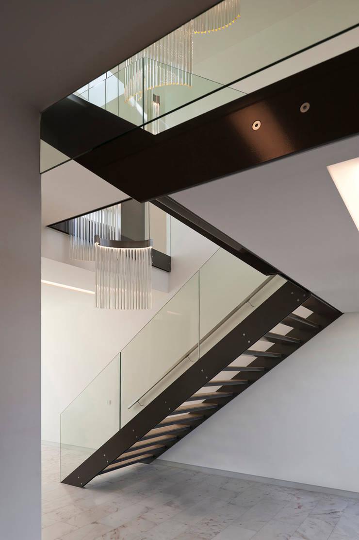 Pasillos y vestíbulos de estilo  por 123DV Moderne Villa's, Moderno