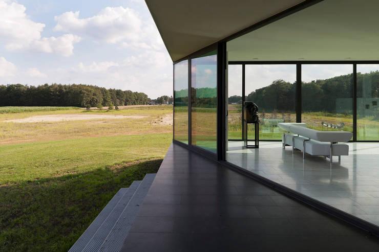 Bridge House:  Terras door 123DV Moderne Villa's, Modern
