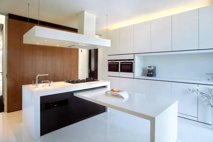 Brick Wall House: moderne Keuken door 123DV Moderne Villa's