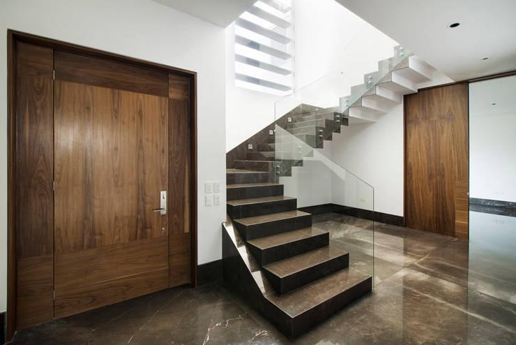 Acceso Familiar:  de estilo  por Eugenio Adame Arquitectos