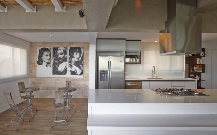 Apartamento Campo Belo – 374m2: Cozinhas  por Viviane Dinamarco Design de Interiores