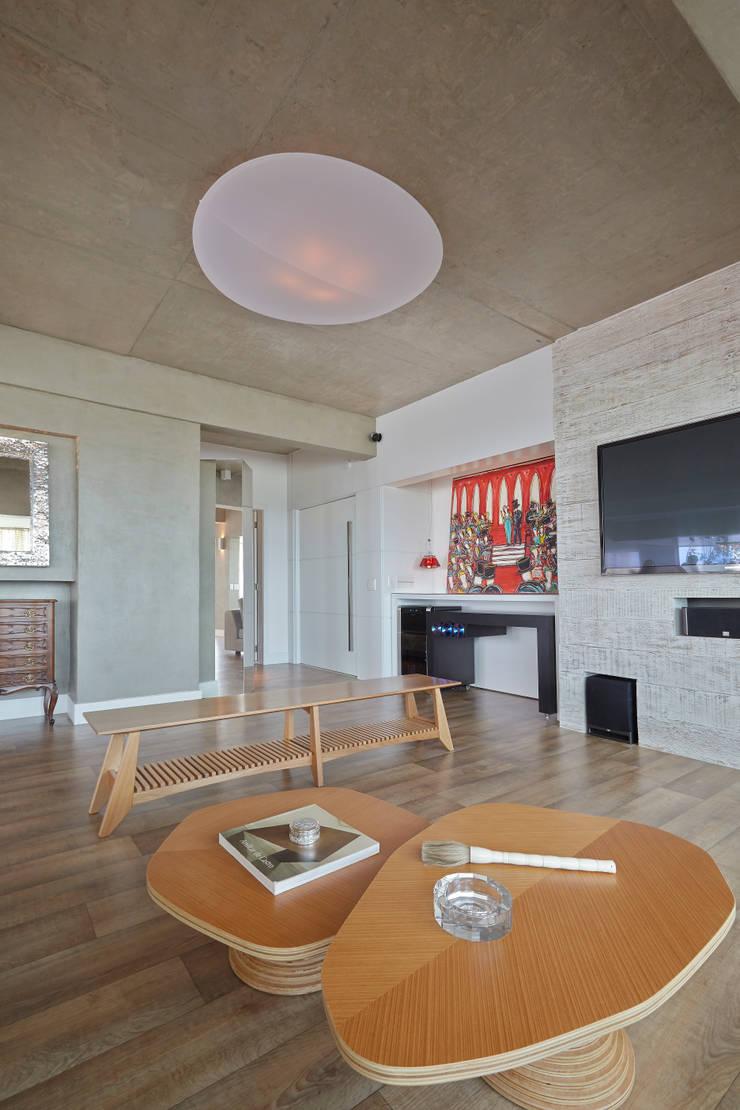 Apartamento Campo Belo – 374m2: Salas multimídia  por Viviane Dinamarco Design de Interiores
