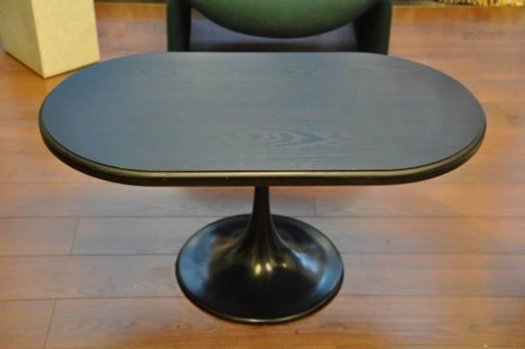 Table basse pied tulipe des années 70. Plateau de bois laqué:  de style  par Boutique Polychrome