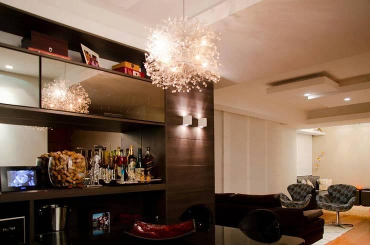 Sala de Jantar + Sala de Estar: Salas de estar  por Paula Werneck Arquitetura