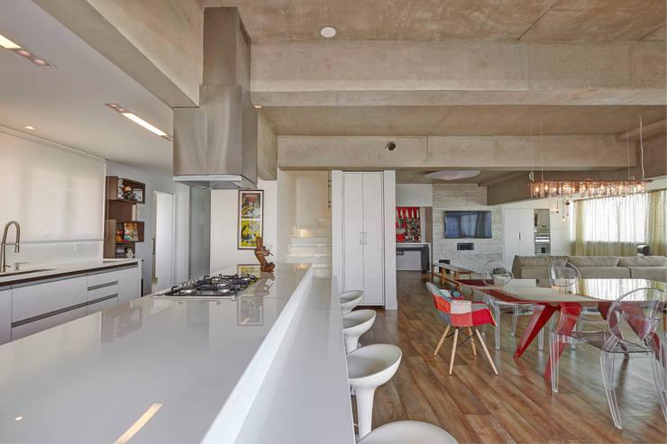 Apartamento Campo Belo - 374m2: Parede e pavimento  por Viviane Dinamarco Design de Interiores
