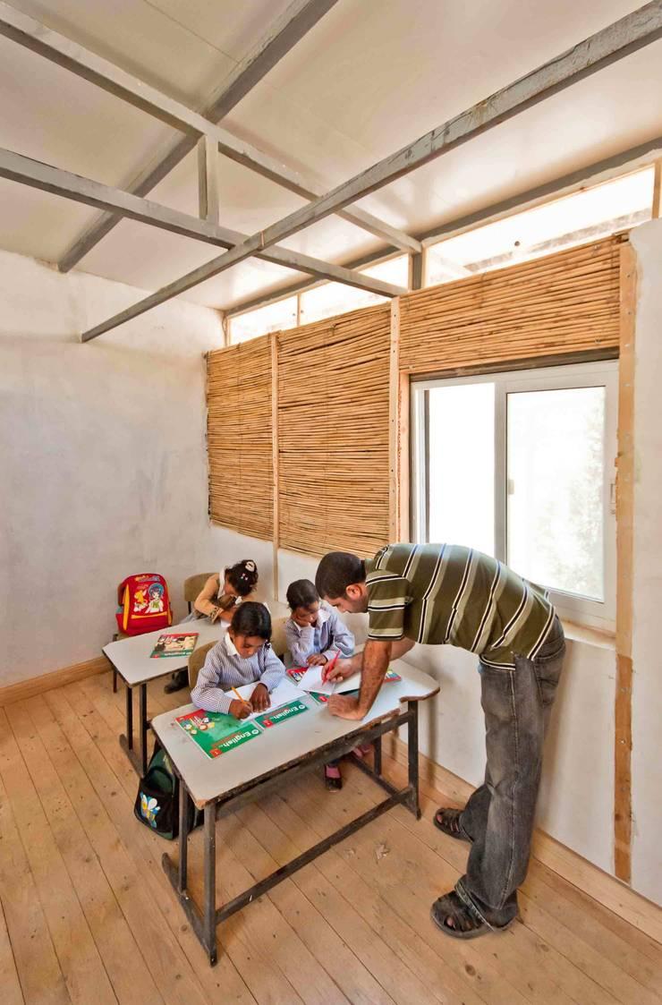 La Scuole nel Deserto – Abu Hindi primary school: Scuole in stile  di ARCò Architettura & Cooperazione,