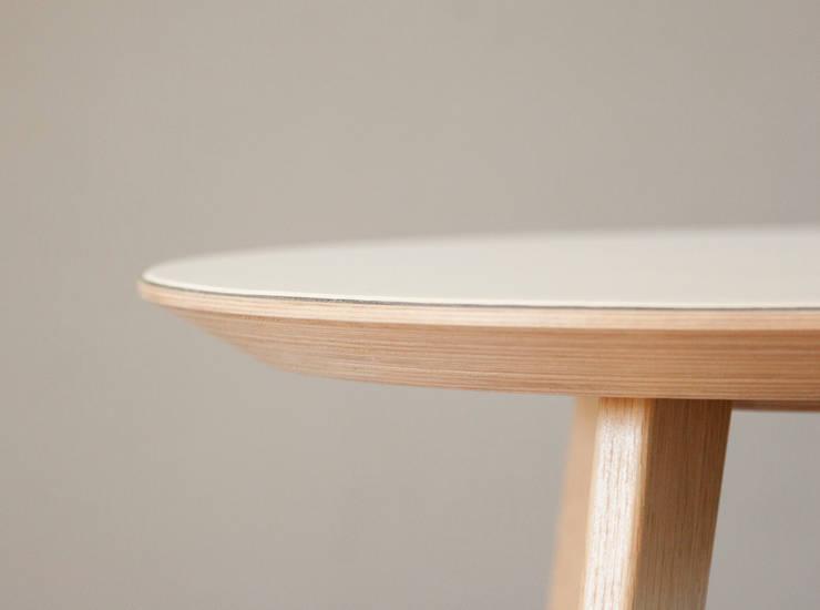 Les tables basses NUBES: Salon de style  par Osmose le bois