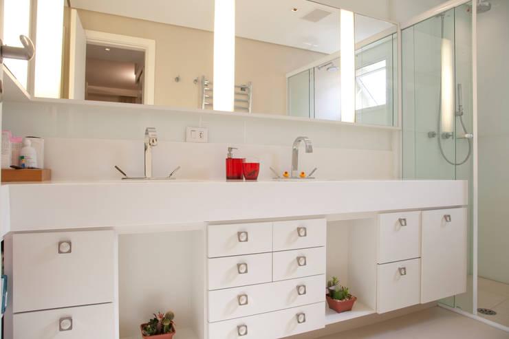 Baños de estilo  por Tikkanen arquitetura