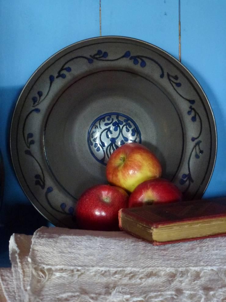 plat porcelaine: Maison de style  par Poterie Lilou Milcent Gallot