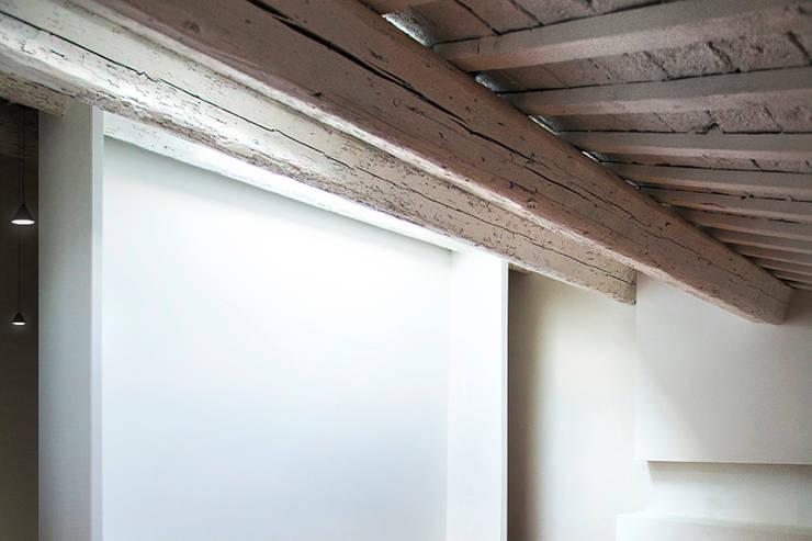 LOFT B:  in stile  di Tomas Ghisellini Architetti, Minimalista