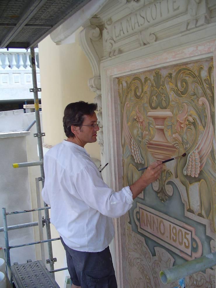 Restauration panneau en façade art nouveau: Murs de style  par Oswald Olivato