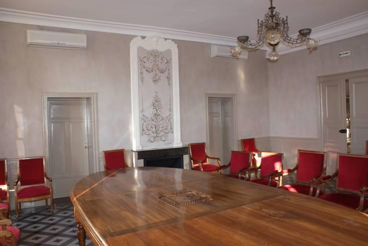 Rénovation salle des cérémonies mairie de Calvisson: Bureaux de style  par Oswald Olivato